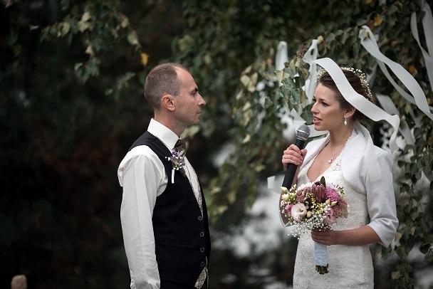 Hochzeitsrede unbedingt im Stehen halten, am besten an einem Ort, der von jedem der Gäste gut gesehen wird. (#03)