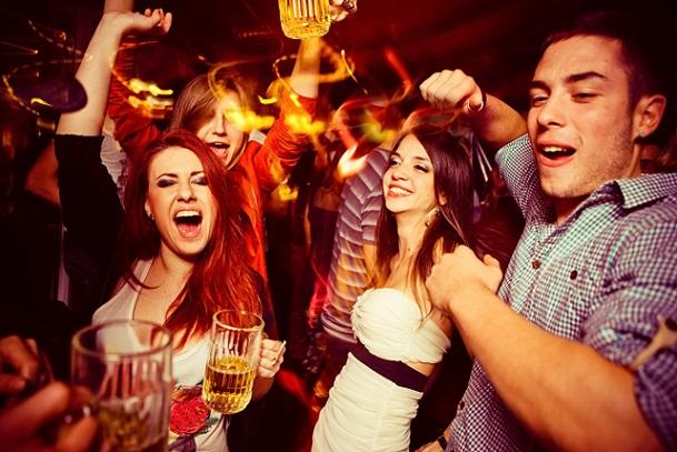 Tanzen oder Singen und die feuchtfröhlichen Trinkeinheiten gehören zu den gefragtesten Spielen (#01)