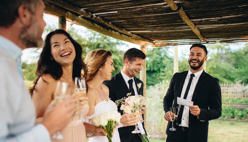 Fröhliche Gesichter auf einer Hochzeitsgesellschaft. Passend dazu ein erstklassiger Wein aus den besten Anbaugebieten. (#2)