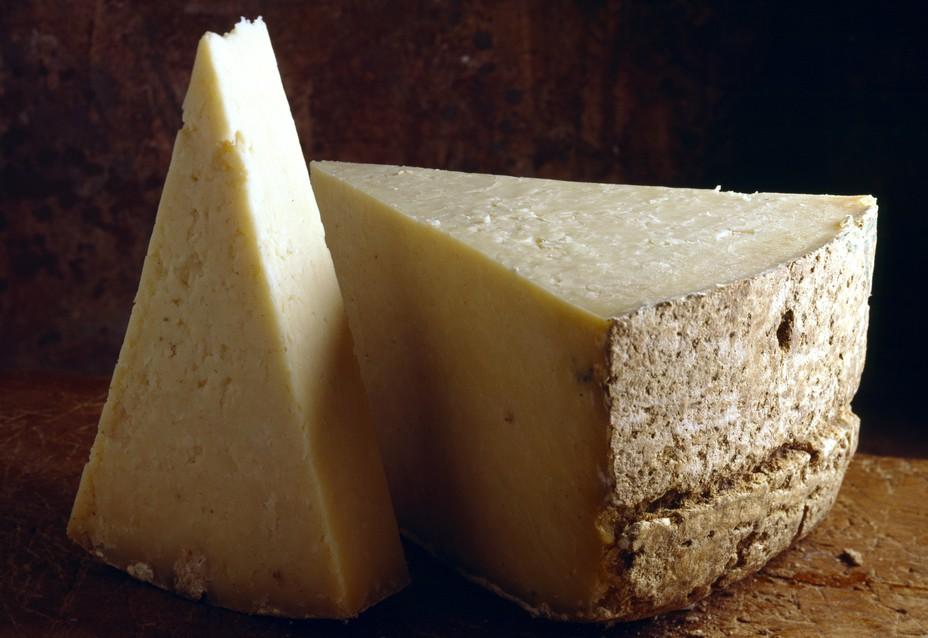 Auvergne-Galerie, Foto #4: Der Salers ist ein Käse, der noch wirklich hergestellt wird, wie man schon immer Käse hergestellt hat und noch herstellen sollte. Kühe vom gleichen Hof geben die Milch, haben den Sommer auf der Bergweide gestanden. So muss Käse für Männer gemacht werden! (#4)