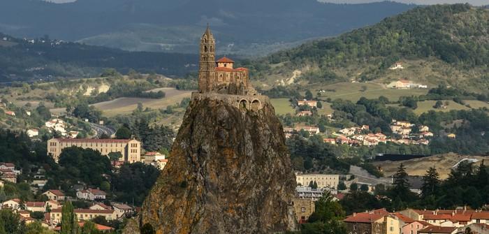 Das Beste aus der Auvergne in einer einzigen Galerie! Foto ansehen und bescheid wissen: Hier die Kathedrale Notre Dame von Le Puy-en-Velay. Sie steht mitten auf dem Mont Anis (Rocher Corneille). Der Berg ist der letzte Überrest eines einst riesigen Vulkankegels.