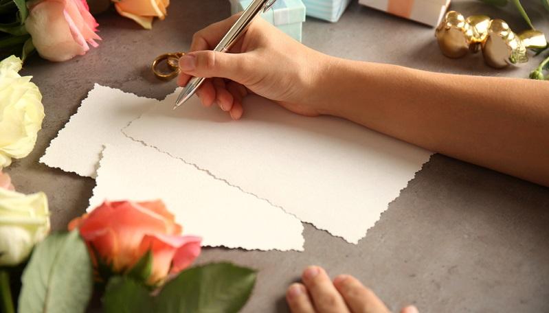 Tipp: Wenn die Save-the-Date-Karten individuell erstellt werden, muss dafür genügend Zeit einplant werden! Das gilt natürlich auch für die Hochzeitseinladung selbst, denn der Druck und Versand durch einschlägige Anbieter im Netz kostet ebenfalls Zeit.