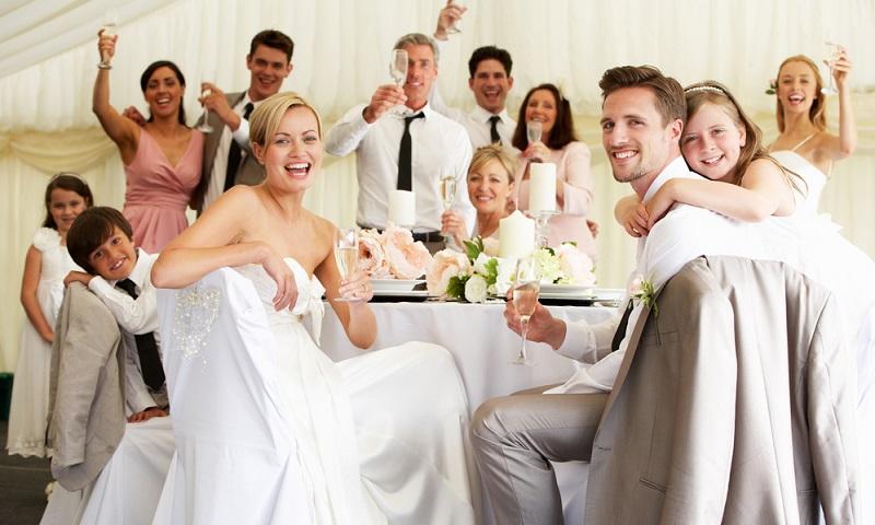 Für jeden Gast sollte Zeit für ein Gespräch bleiben, daher raten Experten meist zu einer Maximalanzahl von 50 bis 70 Gästen.