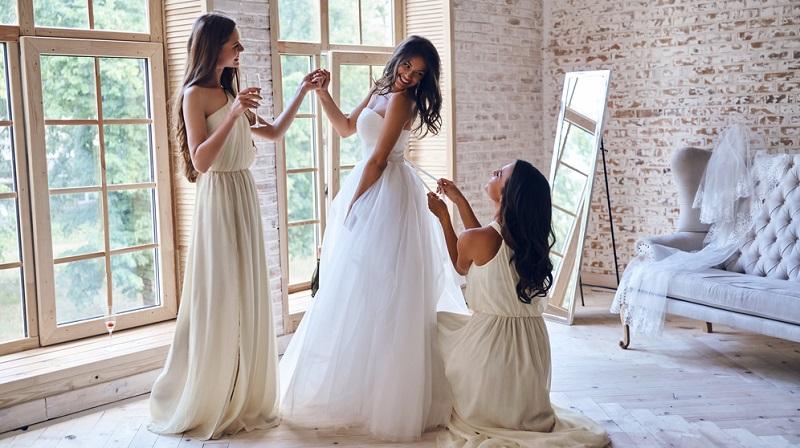Geht es um die Frage: Was braucht eine Braut? Dann ist vor allem die Hilfe durch Freundinnen wichtig.