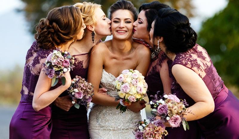 Wer eine Frage hat, sollte sich nur in den wichtigsten Fällen an die Braut wenden! Ansonsten bitt Fragen den Brautjungern stellen